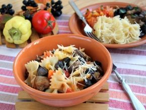 Паста с курицей, грибами и овощным соусом