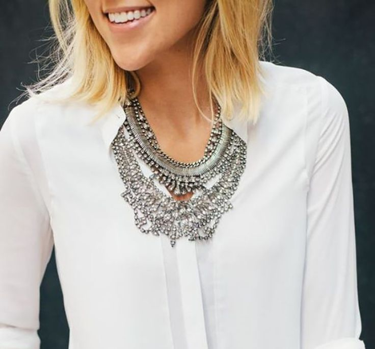 Maxi colar prata moda 2017 | Estilo blogger, Camisa branca, Ideias fashion