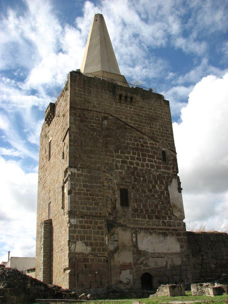 La Torre del Homenaje de Galisteo, rematada con un capitel en forma de pirámide octogonal, que le da el nombre de Picota. Dice la Leyenda que desde aquí parten pasadizos hasta el cementerio y hasta el Río Jerte.