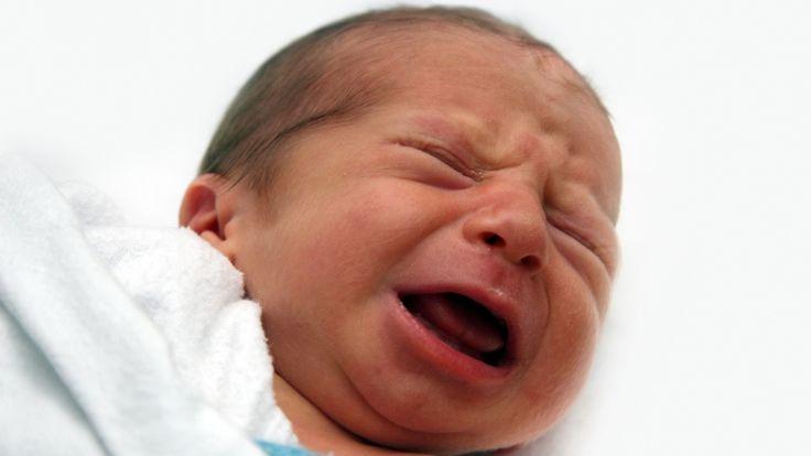 Babygeschrei bringen Eltern manchmal zur Verzweiflung. Doch ein Vater fand jetzt die Lösung, um Kinder zu beruhigen. In diesem Video verraten wir es Dir!