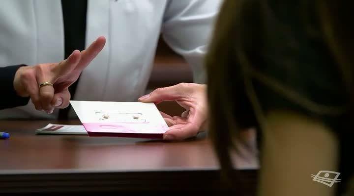 La pilule du lendemain | CVE -- On croit, à tort, que seules les adolescentes peuvent avoir besoin de la contraception orale d'urgence, aussi appelée «pilule du lendemain». Or, ce sont des femmes de tout âge que notre pharmacienne, Gabrielle Nguyen-Van-Tinh, conseille à ce propos.Grâce à ses explications, découvrez en quoi la pilule du lendemain permet aux femmes qui ont eu un rapport sexuel sans contraception de ne pas êtes enceintes.Date de diffusion: 1er décembre 2015