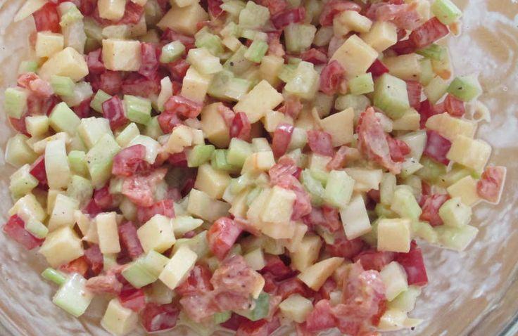Een salade met zoete puntpaprika, bleekselderij en appel doet het heel goed bij pittig gegrild vlees. Ideaal dus bij de barbeque maar ook heerlijk als lunch