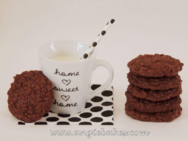 Dostala som chuť na nejaké veľmi čokoládové keksíky, a keďže ja mám najradšej, keď sú keksíky mäkkučké, rozhodla som sa pre takúto brownies verziu. Doma ich mám uschované v nádobke pre prípad, že m...