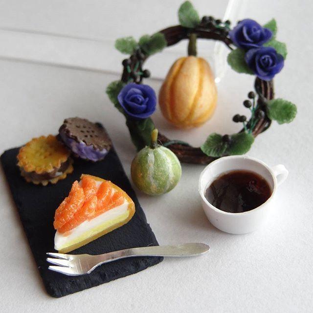オレンジタルトとアイスビスケットサンドをコーヒーと一緒にどうぞ。 紫の薔薇のリースと飾りかぼちゃでハロウィンを演出してみました。 #ミニチュア#miniature#ハロウィン#halloween#リース#wreath#オレンジタルト#orange #tart#かぼちゃ#pumpkin#コーヒー#coffee#ハンドメイド#handmade#フェイクフード#fakefood#ドールハウス#dollhouse