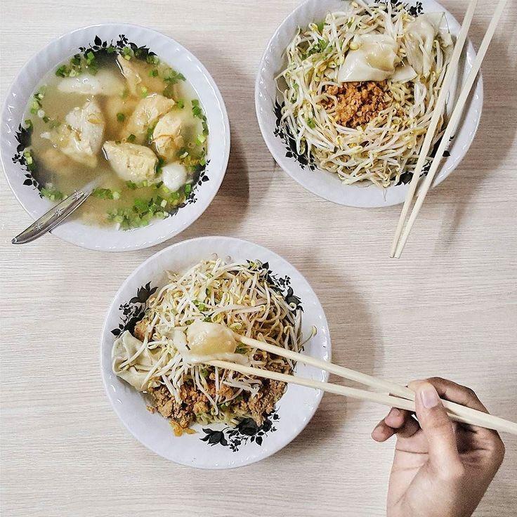 Mie Bangka ini menempati lokasi paling absurd di Mulyosari: di teras toko mainan grosir di belakang tukang permak jeans. Ntah apa benang merahnya. Tapi soal rasa racikan koh Haris boleh diadu. Mie kenyal topping royal dijamin halal. // Mie Pangsit Bangka Jl Mulyosari 333 @ 18 rb.  #inijiegram #food #TableToTable #kuliner #culinary #handsinframe #kulinersurabaya