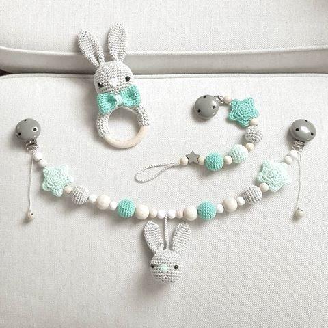 Hasen-Set aus Kinderwagenkette, Schnullerkette und Rassel in grau/türkis Morgen geht's auf die Reise :-) @masha_88_  #häkeln #gehäkelt #crochet #virka #heklet #handmade #mitliebegemacht #handmadewithlove #rassel #hase #schnullerkette #kinderwagenkette #baby2016