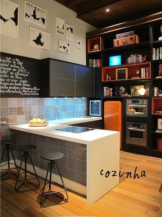 Aqui, a mescla de estampas, materiais e cultura virou tema principal. Dentro da própria cozinha há uma pequena biblioteca com livros sobre gastronomia e bebidas. Cores, ladrilhos hidráulicos e até luminárias incrementam o espaço, que traz um a personalidade jovem e alegre.