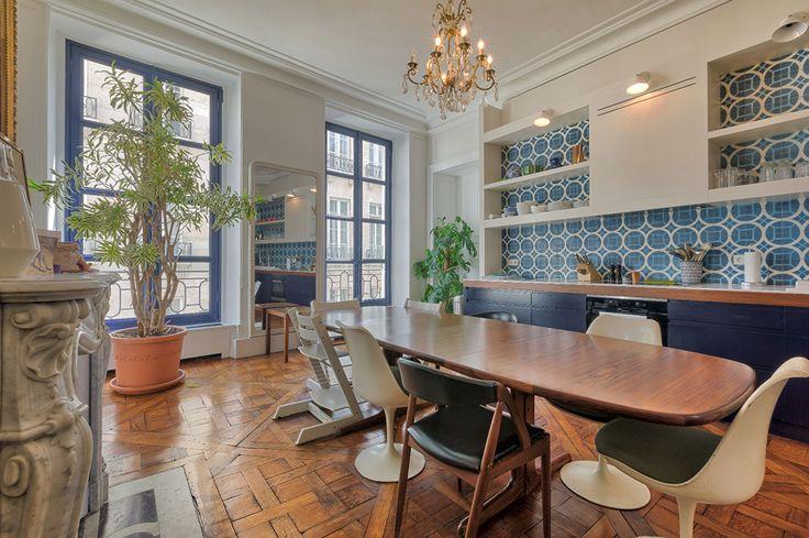 Dans un bel immeuble du 18ème siècle, ce  magnifique appartement d'une surface de 161,10m² Loi Carrez est situé au 2ème étage avec ascenseur. Très beaux volumes avec près de 3,50 mètres de hauteur sous plafond, en parfait état, avec un plan en angle et 3 exposition, il se compose d'entrée, d'une grande cuisine/salle à manger, d'un salon, d'une chambre de maître avec son dressing et sa salle d'eau, d'un bureau et de deux chambres avec une salle de bains et une salle de douche. Cave. Gardien…