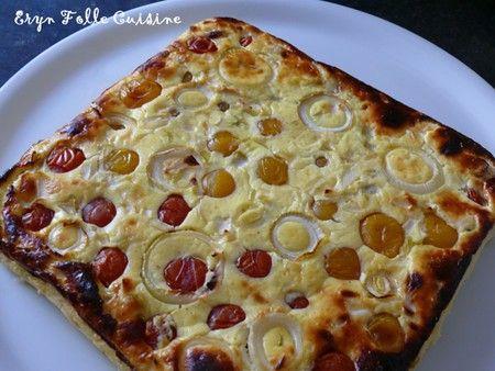 Gâteau salé plume : 3 œufs- 400g de fromage blanc- 125g de yaourt nature- 20 tomates cerises rouges et 20 jaunes- 1 oignon- Une vingtaine de feuilles de basilic- Sel, poivre du moulin. Battre le fromage blanc, le yaourt, les œufs jusqu'à ce que le mélange devienne bien mousseux et qu'il bulle. Saler et poivrer. Ajouter le basilic frais ciselé finement. Verser ds plat. Mettre 1 moitié d'oignon en petits dés et les tomates en enfonçant un peu. L'autre moitié d'oignon en rondelles dessus. Four…