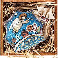 """Подарочный новогодний набор """"Вифлеемская звезда. Крещение"""". Кофейная елочная игрушка ручной работы с красивой росписью (сюжет одного из любимых национальных украинских зимних праздников), карпатский чай, сено, деревянная коробочка. Очень красиво. Чай вкусный и ароматный. Игрушка пахнет какао - на сайте можете посмотреть процесс производства этой ёлочной игрушки. Вам понравится."""