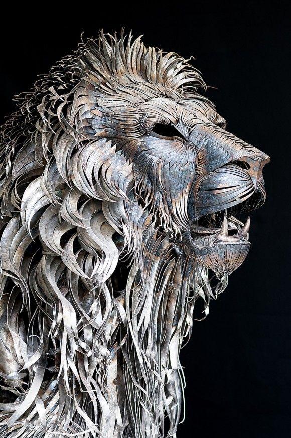 新たなる命が吹き込まれた。躍動感あふれる流木の馬、ブリキのライオン