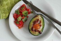 Fijne lunch of ontbijt met avocado & ei uit de oven. Recept > www.lekkeretenmetlinda.nl