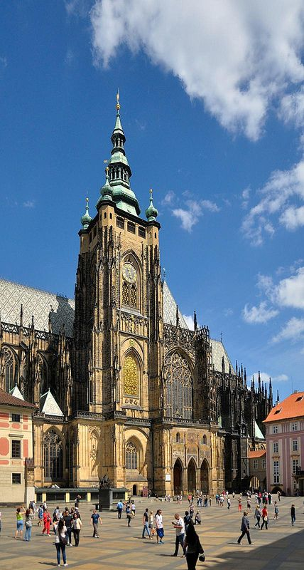 De bouw van de #Sint-Vituskathedraal (Katedrála svatého Víta) werd in 1344 onder leiding van koning Jan van Luxemburg gestart. #Praag