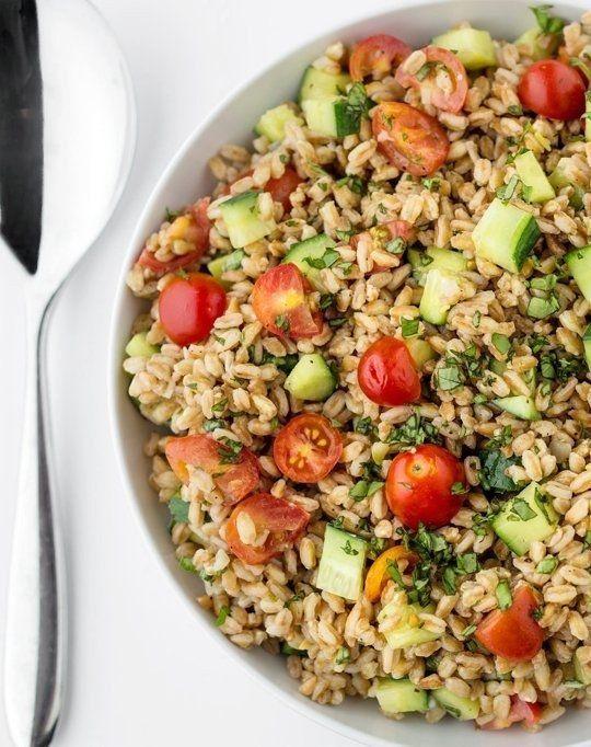 Salada de verão com grãos farro, tomates, pepinos e manjericão | 28 saladas vegetarianas que vão te saciar por completo
