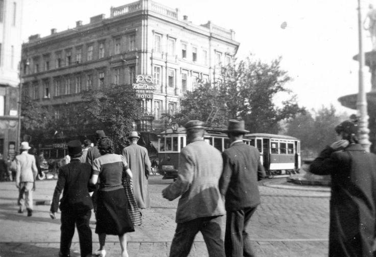 Kálvin tér, szemben a Kecskeméti utca torkolatánál a Geist-ház (Ybl Miklós, 1863-64).