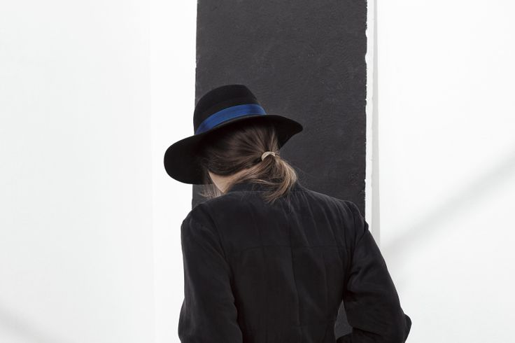 DOLCE VITA HAT IN ANTHRACITE BLACK WITH BLUE BOW, 100% CUPRO JACKET IN ANTHRACITE BLACK. www.fallwinterspringsummer.com