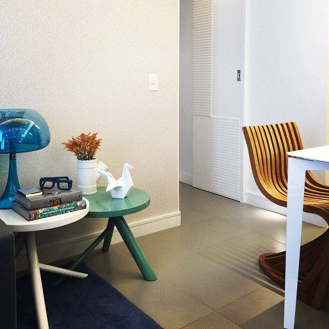 Cores e texturas se complementam , papel de parede perolado .  #amooquefaço  #arquitetura #interior #home #sala #design #decoracao #papeldeparede #orlean