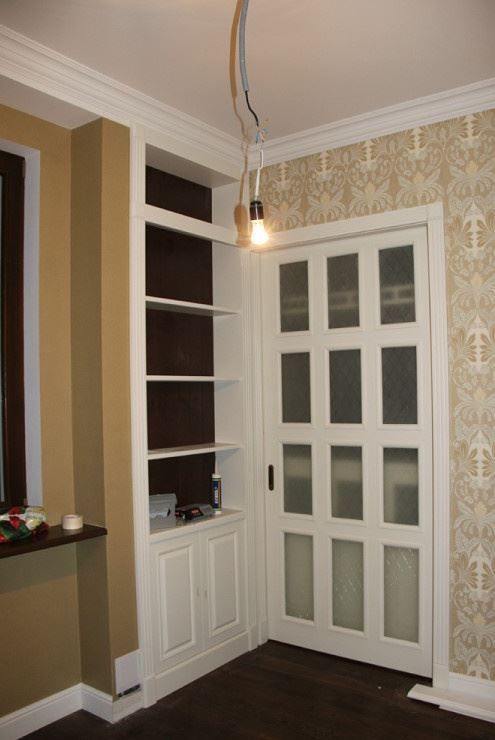 Дверь уходящая в стену открывает раздачу в виде шкафа, из кухни в комнату. The door opens into the wall leaving the distribution of cabinet from the kitchen into the room.