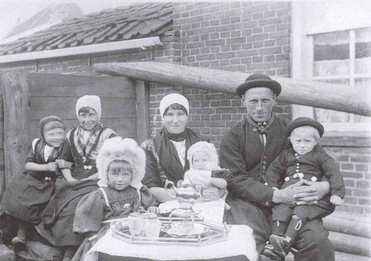Het Urker gezin van Hendrik de Vries met zijn vrouw en kinderen, van links naar rechts Jannetje, Lubbertje, Hiltje, Klaasje en Klaas