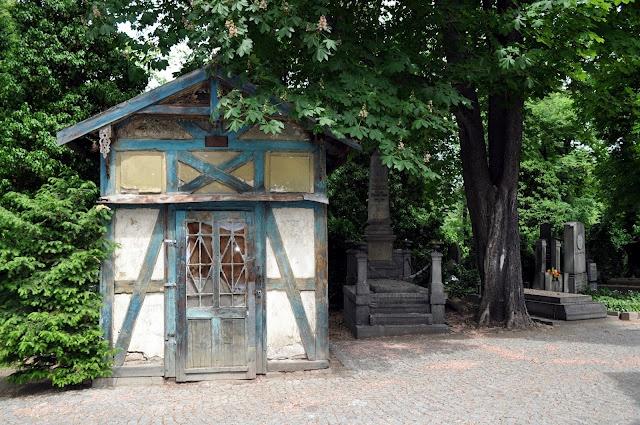 A visit to Prague's Olšanské hřbitovy (Olšany Cemetery)!