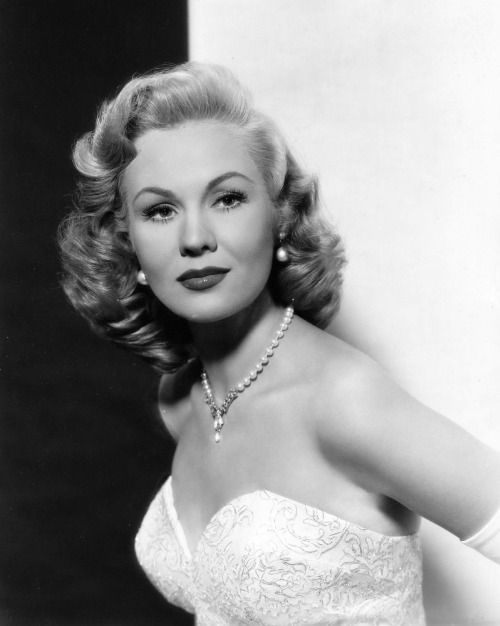 Virginia Mayo, 1954, hairstyle