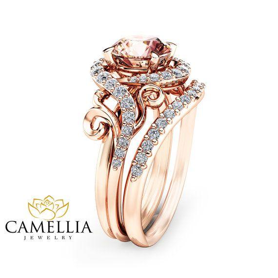 Atemberaubende feminine und atemberaubend! Dieses stieg gold Morganit Verlobungsring Set ist in massivem 14 K rose Gold mit einem 7 mm Runde gestaltete geformte natürliche Pfirsich Rosa Morganit in einer wunderschönen Blumenkorb-Einstellung am Anfang eine Diamant-Kiesel-Band gesetzt. Das zeitlose und klassische Design dieses Morganit-Rings wird Ihre Verlobung unvergesslich machen.  Sie können weitere Variationen von diesen Ring hier sehen: (1)…