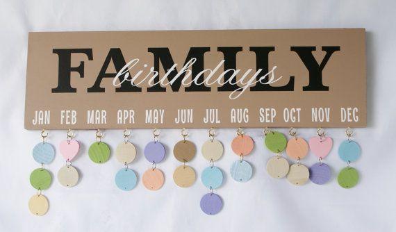 FAMILIE verjaardagsgift BOARD - verjaardag kalender - teken - feesten - familie verjaardagskalender - familiefeesten-  Onze familie verjaardag Board is de perfecte manier om verjaardagen en speciale dagen bij te houden! Uw bord bevat 18 ronde schijven in verschillende kleuren en 2 roze harten. Elke schijf en hart heeft een sprong-ring gehecht zodat ze eenvoudig aan te sluiten zoals nodig.  Alles wat je doet is schrijven de voornaam en de dag van de maand van hun verjaardag. Dus, als Johns…