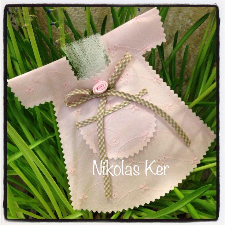Υφασμάτινο φορεματάκι μπομπονιέρα. www.nikolas-ker.gr