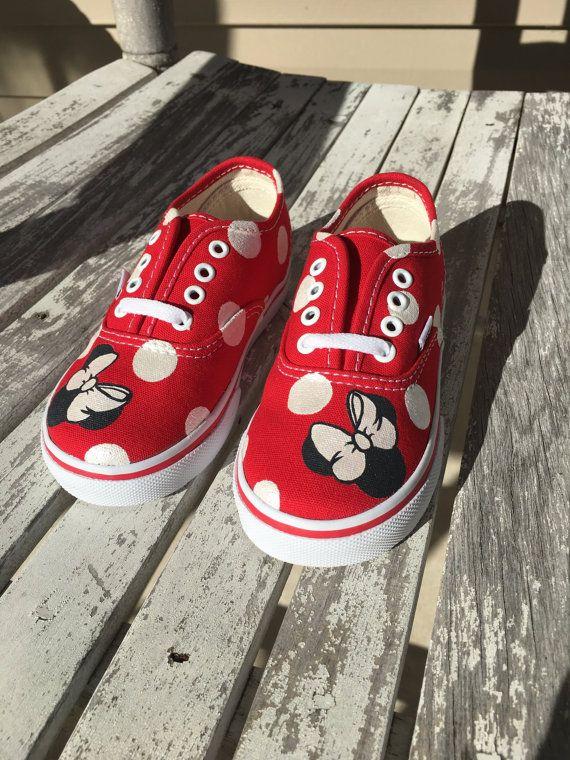 Deze Minnie Mouse bestelautos worden op bestelling gemaakt. Ze zijn de perfecte accessoire voor iedereen die naar een van de Disney parken gaat! Verkrijgbaar in meerdere verschillende kleuren en maten 4-10 in de peuter- en 10.5-4 bij kinderen. Als u of iemand die je kent is een liefhebber van alle dingen bestelwagens dan zijn dit de perfecte schoenen! Eenvoudig, leuk en comfortabel!  Hier is hoe het werkt:  1.) u uw aankoop geven wijzigingen die u zou willen maken en de datum die u moet hen…