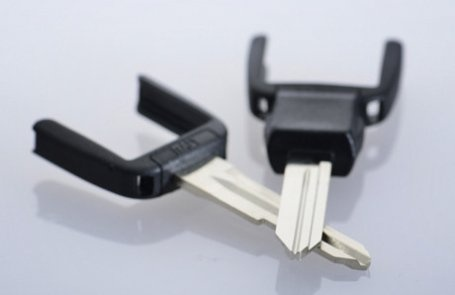 CHIAVI HORSESHOE Keyline si è dimostrata all'avanguardia nel mercato introducendo il sistema horseshoe, in cui l'inserto meccanico e la testa elettronica sono indipendenti l'uno dall'altra.  Il sistema presenta numerosi vantaggi, sia dal lato economico che da quello pratico.