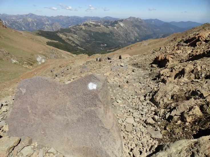 Por el camino, donde ya hay solo piedras, es posible ver estas pintas blancas en las rocas. Están bien seguidas...es como el camino de Pulgarcito.