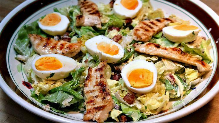 De originele Caesar salad bestaat uit niet meer dan 8 ingrediënten: sla, croutons, knoflook, Parmezaanse kaas, gekookt ei, worcestersaus, olijfolie en citroensap. Maar tegenwoordig worden er meer ingrediënten aan toegevoegd. Kipfilet, spekjes en ansjovis bijvoorbeeld, zoals ik heb gedaan. Ik heb er ook ciabatta met knoflook-tomatenolie bij gemaakt. Zo krijg je een volledige maaltijd voor...lees meer »
