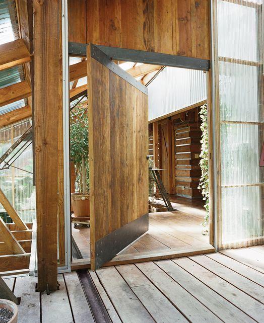 Porta pivotante com madeira de demolição e chapas metálicas.  Fotografia: http://www.decorfacil.com/portas-pivotantes/