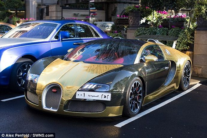 Gold Bugatti Veyron of a Saudi millionaire makes crowds go berserk in London