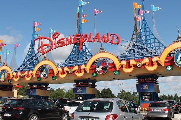 Disneyland heeft tijdelijk strengecontroles ingevoerd langs de grens met Frankrijk. Disneyland hoopt zo de enorme bezoekersstroom in te dammen. Alleen al in het afgelopen weekend kwamen tienduizenden bezoekers de grens over, onder wie veel kinderen.Duizenden bezoekers hebben vlak buiten Disneyland de nacht doorgebracht. Lang niet iedereen komt uit Syrië. Bij de grensovergangen wordt iedereen die hetland in probeert te komen [...]