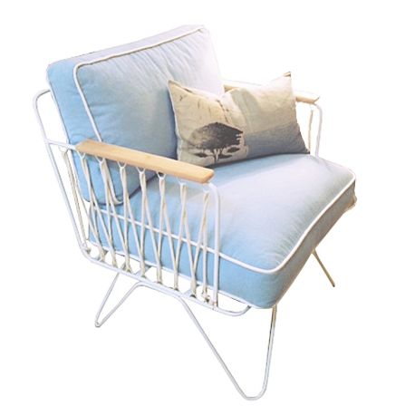Fauteuil honoré bleu ciel et accoudoirs bois - Dans un style années 50, avec des lignes totalement inédites.