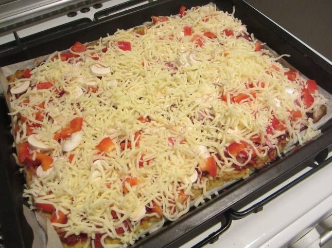 Ik maakte pizza zonder meel te gebruiken. De bodem van deze pizza is namelijk gemaakt van bloemkool. Gezond en super smaakvol! Een pizza gemaakt van bloemkool… Interessant. Toen ik het recept voor dit gerecht voorbij zag komen, werd ik nieuwsgierig. Door een bloemkool in de keukenmachine te verpulveren, blijft er een rijstachtige substantie over waarmee...
