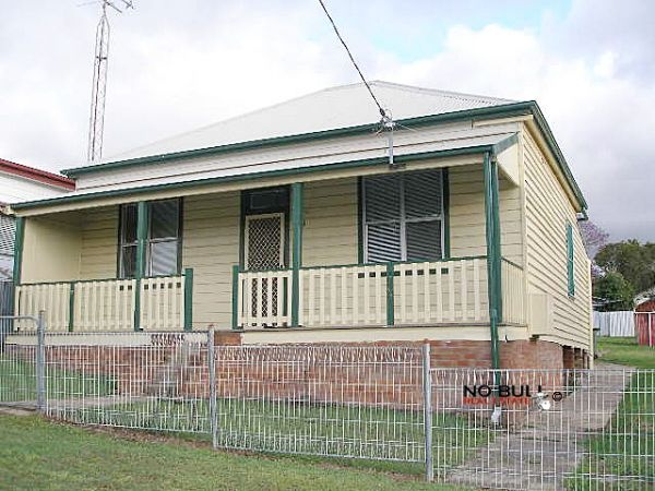 3 Bedrooms1 Bathrooms2 Garages    Weatherboard and iron 3 bedroom home with 2 single garages. Freshly painted throughout. New carpet and blinds. Modern kitchen and bathroom....     $325 Weekly more