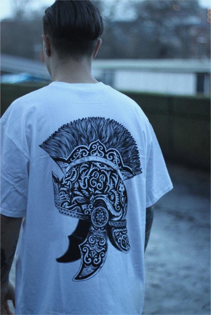 [TOTD] Centurion by Secret Store  Après l'excellent E.T. « Be Good », voici un autre tee-shirt issu du label londonien Secret Store ! Cette fois, on croise le fer avec le talentueux Iain Macarthur, auteur de ce magnifique casque de centurion romain. De l'art, de la classe et du style pour ce TOTD teinté d'antiquité…  http://www.grafitee.fr/tee-shirt/centurion-scrt/  #TOTD #lifestyle #graphic #Tshirt #UK #SCRT
