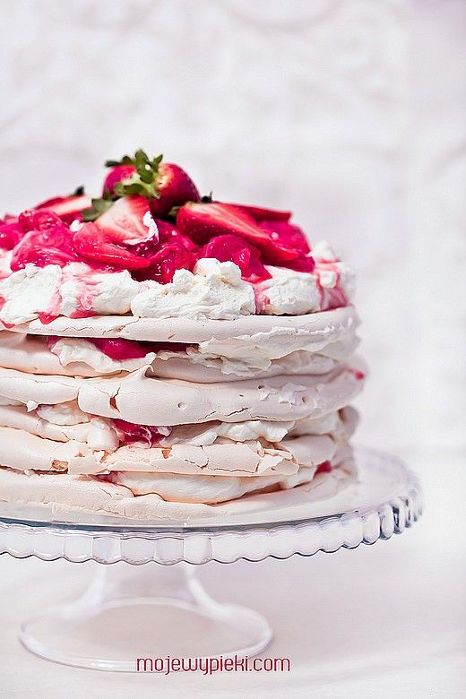 meringue cake with rhubarb and strawberries ...(google translate i <3 you)