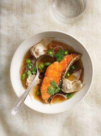 Soupe won-ton et saumon au sésame