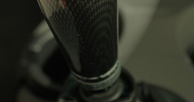 Cómo cambiar una perilla de palanca de cambios. Cambiar una palanca de cambios de tu coche podría ser necesario si la perilla está dañada o muestra un desgaste antiestético. Están situadas en la parte superior de la varilla de cambio de marcha que opera la transmisión manual de los coches y camiones, y muchas son roscadas para atornillarse sobre una barra roscada de cambio de velocidades. Otras ...