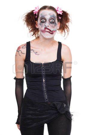 chica espeluznante, divertido con maquillaje miedo mira al espectador photo
