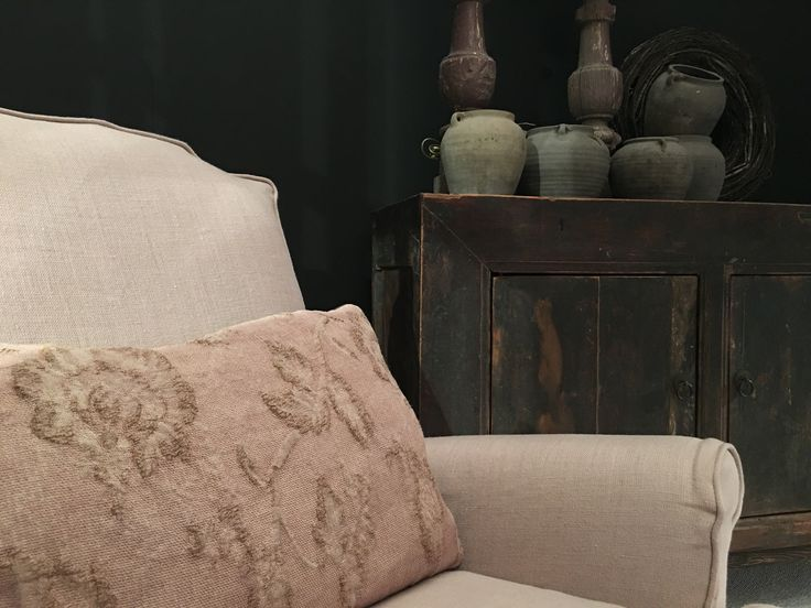 Zacht roze fauteuil en houten dressoir met stenen potten | AURA PEEPERKORN INTERIEUR | www.aurapeeperkorn.com