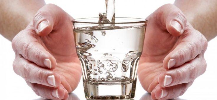 Conoce cómo puedes hacer para que el agua que tomas revitalice correctamente tu sistema energético.