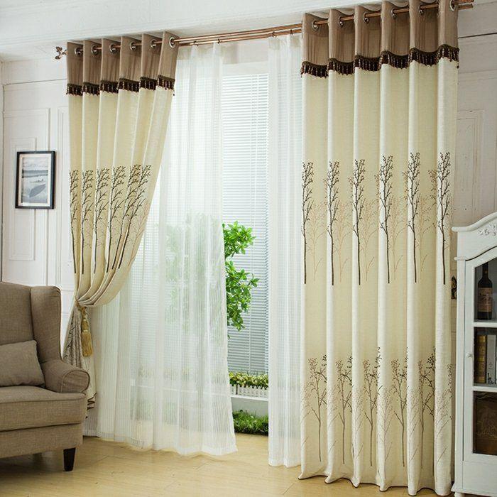 Un salon clair avec des rideaux à  motifs floraux