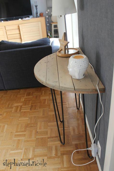 Une console demi-lune avec un touret en bois et des pieds en métal