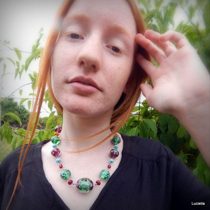 Letní vločka Autorský náhrdelník z ručně vinutých korálků malovaných roztaveným sklem na sklo. Náhrdelník je ketlovaný na chirurgické oceli, takže se žádná dáma nemusí bát alergické reakce.
