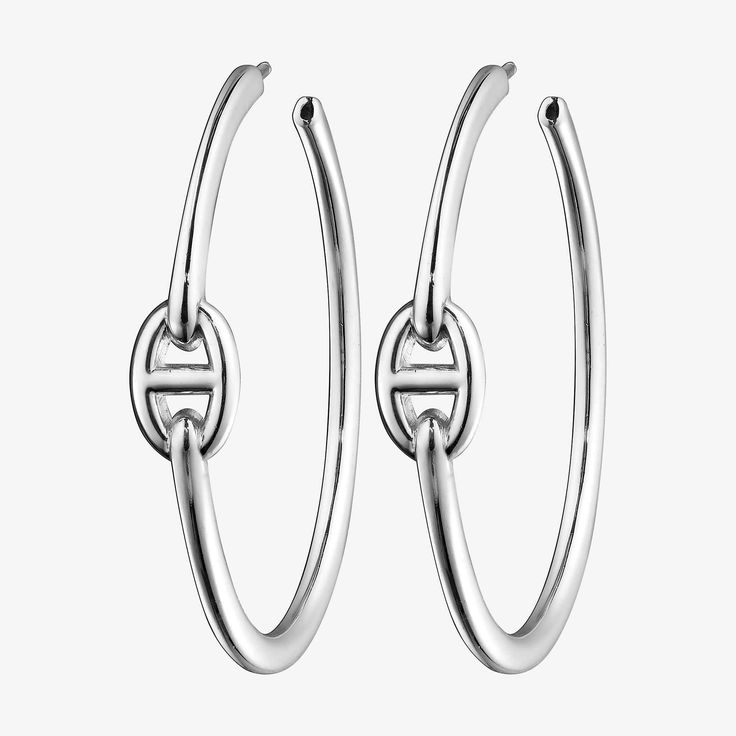 Hermes earrings in silver, GM size This story began in 1938, when Robert Dumas, a member of the Hermès family, decided to take inspiration from a ship anchor chain to design a bracelet. Thus the Chaîne d'ancre was born: a naturally balanced jewel with a sporty yet chic allure. The links of the chain –polished, circular-grained or twisted –play on shapes and volumes to bring forth a multitude of necklaces, rings, earrings and bracelets.