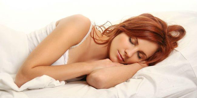 Vemale.com - Tidur cukup setiap hari akan membuat tubuh sehat dan berat badan terjaga.